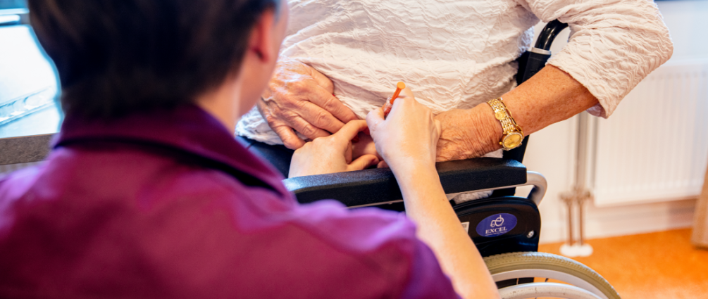 bewoonster ontvangt medicatie van personeel Zorgpension